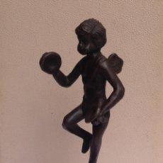 Arte: ANTIGÜA ESCULTURA EN HIERRO SOBRE PEANA DE MÁRMOL CUPIDO. Lote 199701307