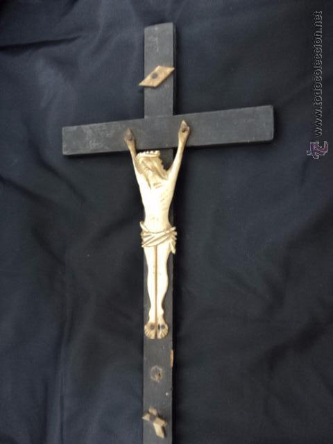 ANTIGUO CRISTO EUROPEO REALIZADO EN HUESO TALLADO SOBRE CRUZ RUSTICA DE MADERA (Arte - Escultura - Hueso)