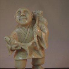 Arte: ANTIGUO NETSUKE JAPONES TALLADO A MANO EN MARFIL, PESCADOR, FIRMADO, SIGLO 19. Lote 52996786