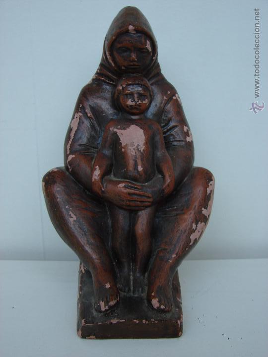 ANTIGUA FIGURA EN TERRACOTA. MADRE CON SU HIJO. KISS LENKE. SIGLO XX. FIRMADA. R. KISS L (Arte - Escultura - Terracota )