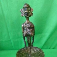 Arte: PORTAVELAS DE MUJER AFRICANA EN BRONCE. Lote 53685626