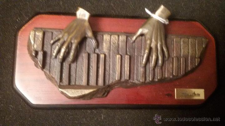 ESCULTURA EN BRONCE SOBRE MADERA PIANO SOBREMESA O COLGAR ESCULTURA FIRMADA ARTE A PRECIO: 122,00 € (Arte - Escultura - Bronce)