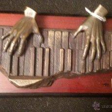 Arte: ESCULTURA EN BRONCE SOBRE MADERA PIANO SOBREMESA O COLGAR ESCULTURA FIRMADA ARTE A PRECIO: 122,00 €. Lote 55041950