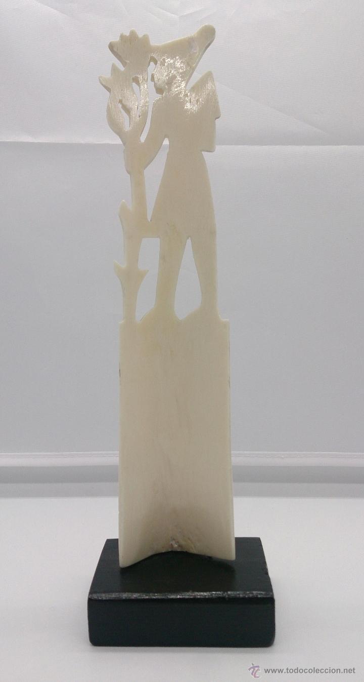 Arte: Escultura antigua egipcia en hueso tallado a mano sobre peana de madera esmaltada en negro . - Foto 3 - 142418449