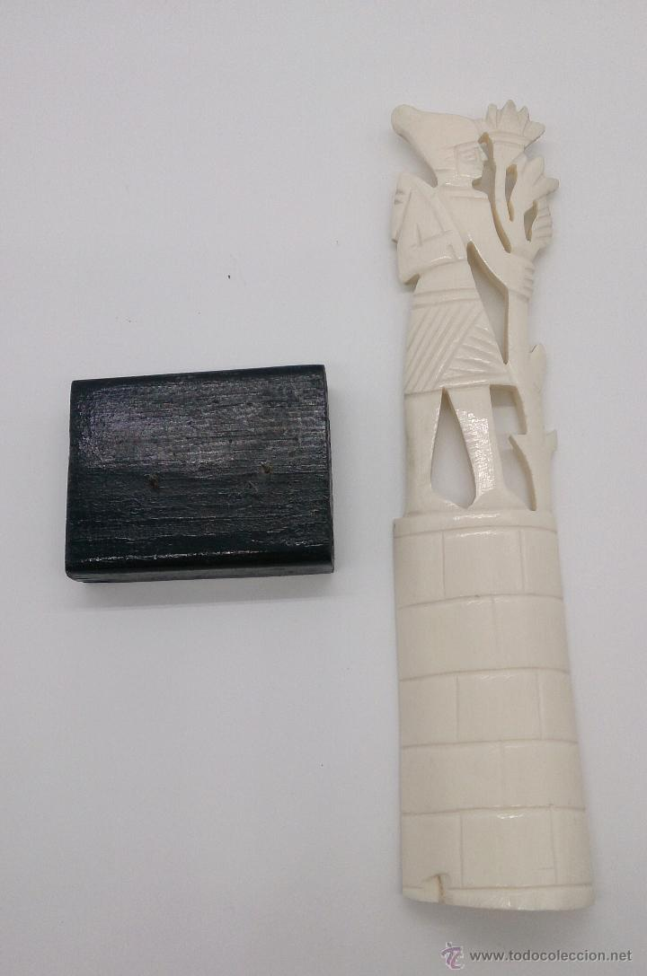 Arte: Escultura antigua egipcia en hueso tallado a mano sobre peana de madera esmaltada en negro . - Foto 5 - 142418449