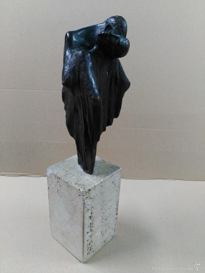 ESCULTURA DE BRONCE, EL BESO, EN PEANA DE PIEDRA (Arte - Escultura - Bronce)