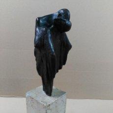 Arte: ESCULTURA DE BRONCE, EL BESO, EN PEANA DE PIEDRA. Lote 56464478