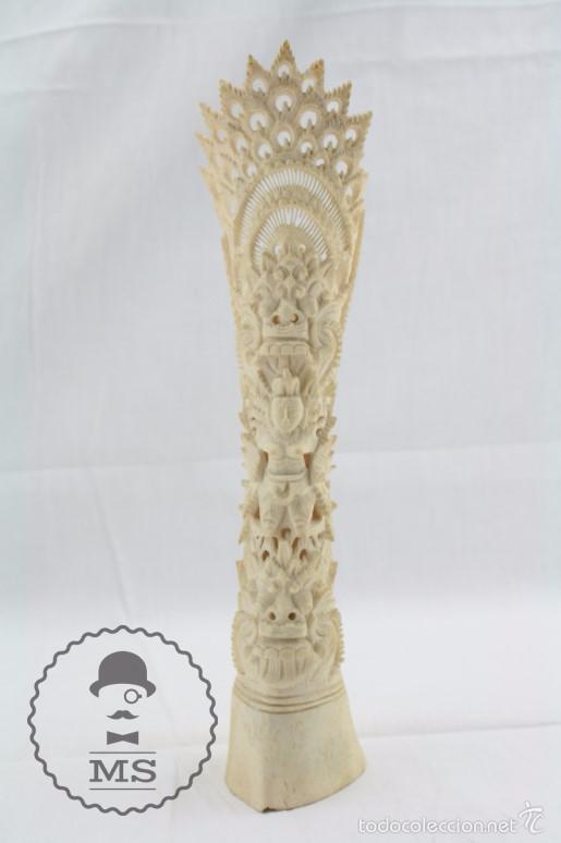 ESCULTURILLA DE HUESO TALLADO - DECORACIÓN CALADA DE MOTIVOS ORIENTALES - 5,5 X 5,5 X 25 CM (Arte - Escultura - Hueso)