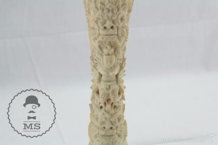 Arte: Esculturilla de Hueso Tallado - Decoración Calada de Motivos Orientales - 5,5 x 5,5 x 25 cm - Foto 3 - 57152581