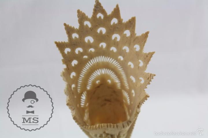 Arte: Esculturilla de Hueso Tallado - Decoración Calada de Motivos Orientales - 5,5 x 5,5 x 25 cm - Foto 8 - 57152581