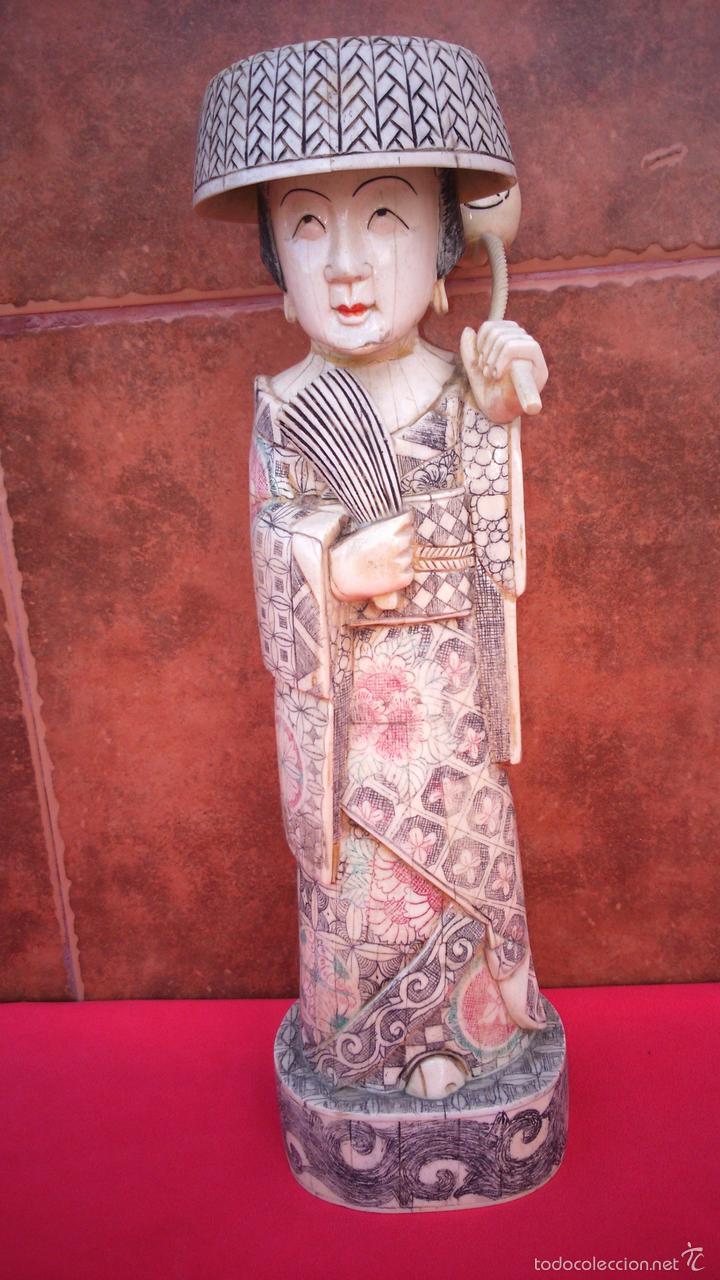 ESCULTURA DE GEISHA DE HUESO, CIRCA 1900. MAGNÍFICA TALLA. 39,5 CMS DE ALTURA. FIRMADA. (Arte - Escultura - Hueso)