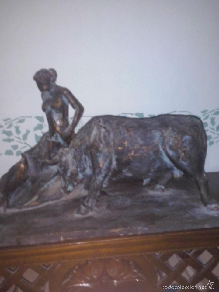 ESCULTURA DE MUJER DESNUDA TOREANDO (Arte - Escultura - Terracota )