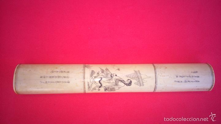 PISAPAPELES ORENTAL -S.XIX-. EN HUESO FINAMENTE TALLADO Y PINTADO. DIM.- 23,250X3,750X2,5 CMS (Arte - Escultura - Hueso)