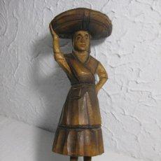 Arte: BONITA FIGURA DE MADERA HECHA A MANO DE PESCADORA CON SU GARROTA LLENA DE PECES. Lote 65912334