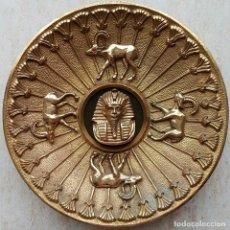 Arte: IMPRESIONANTE PLATO ANTIGUO DE BRONCE MACIZO CON MOTIVOS DE EL ANTIGUO EGIPTO EN RELIEVE, 33 CM .. Lote 67351849