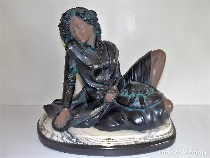 ESCULTURA FIGURA DE RESINA POR BRONCES PORTUGAL MADRID DAMA CON PAMELA AÑOS 80 FIRMADA P. F. (Arte - Escultura - Resina)