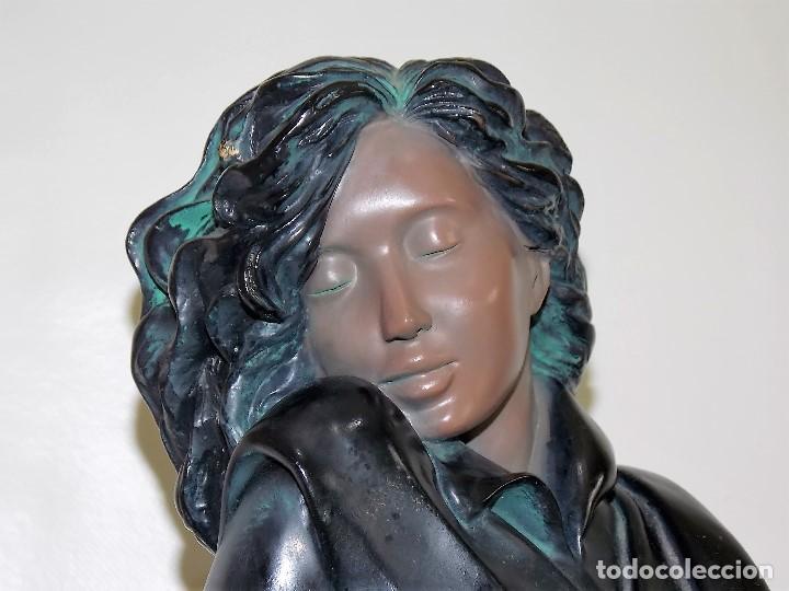Arte: Escultura figura de resina por bronces portugal Madrid dama con pamela años 80 firmada P. F. - Foto 2 - 213959322