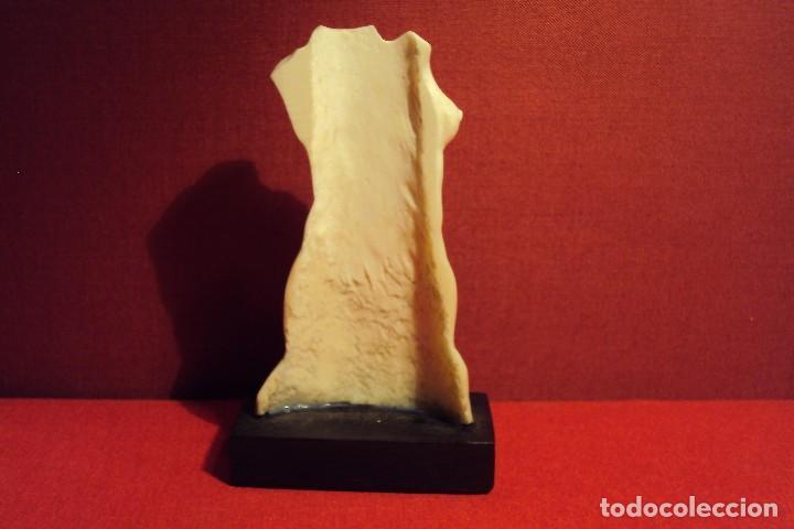 Arte: Torso femenino tallado en hueso sobre peana de madera negra - Foto 5 - 71548495