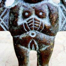 Arte: CURIOSA FIGURA DE BRONCE PATINADO - TIPO AZTECA - ICONO - PERSONAJE DUAL - MUJER Y HOMBRE - ÍDOLO. Lote 73427035