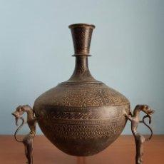 Arte: VASIJA ANTIGUA DE BRONCE SUJETA POR SERES ZOOMORFOS, HECHO EN MAHARASHTRA, GRAN PIEZA DE MUSEO .. Lote 73530991