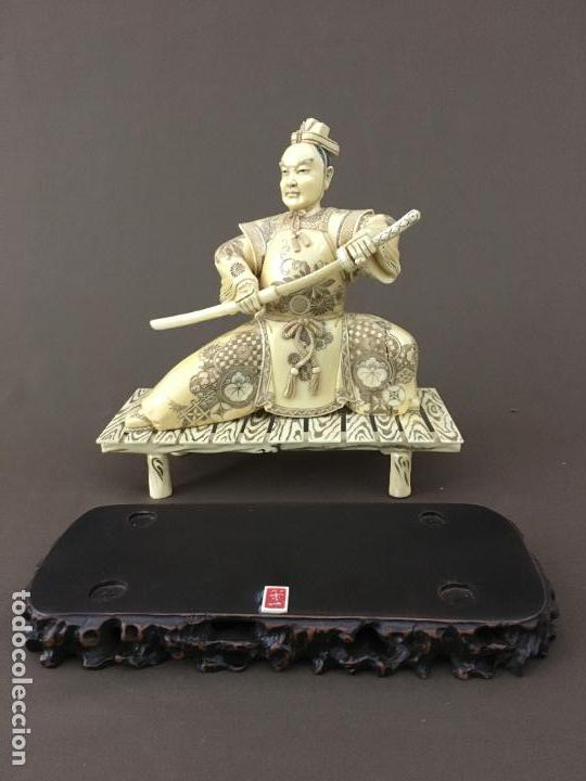 Arte: Samurai arrodillado con espada de marfil con peana de madera. - Foto 2 - 73753503