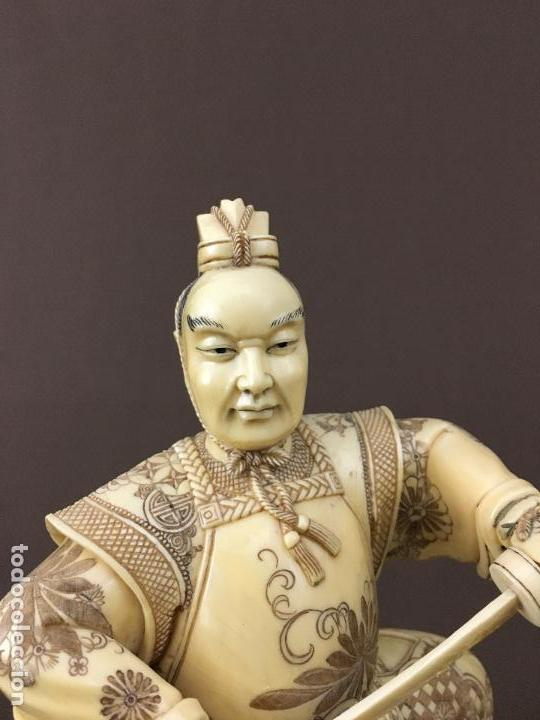 Arte: Samurai arrodillado con espada de marfil con peana de madera. - Foto 3 - 73753503