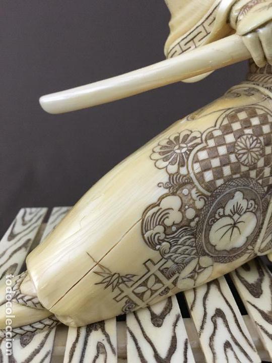 Arte: Samurai arrodillado con espada de marfil con peana de madera. - Foto 6 - 73753503