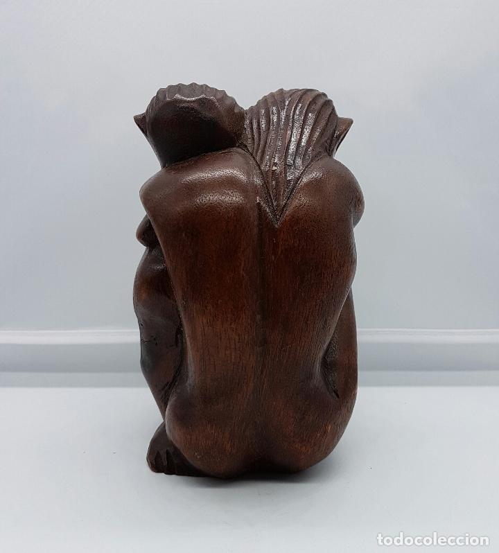 PAREJA DE AMANTES AUSTRALOPITHECUS ABRAZÁNDOSE EN MADERA MACIZA TALLADA A MANO . (Arte - Escultura - Madera)