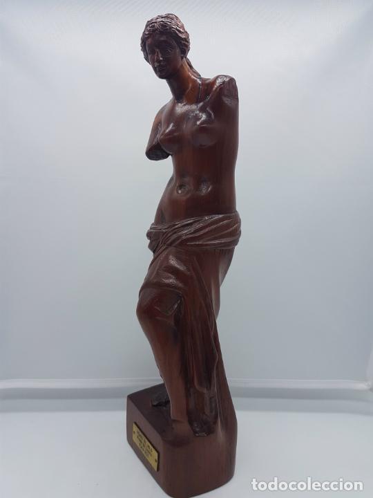 ESCULTURA ANTIGUA EN MADERA DE PALO ROSA BELLAMENTA TALLADO A MANO Y FIRMADO, ( VENUS DE MILO ) . (Arte - Escultura - Madera)