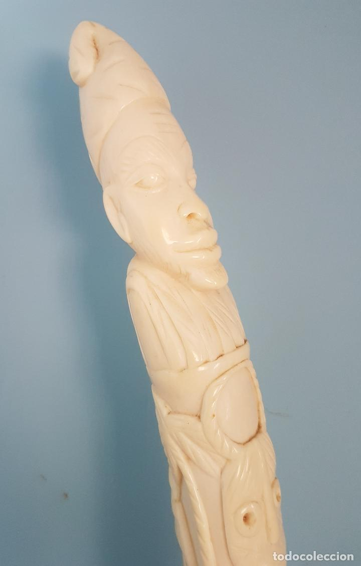 Arte: Talla antigua de africana nativa en marfil tallado a mano y peana de madera , ( 38,5 CM DE ALTO ) . - Foto 14 - 85336980