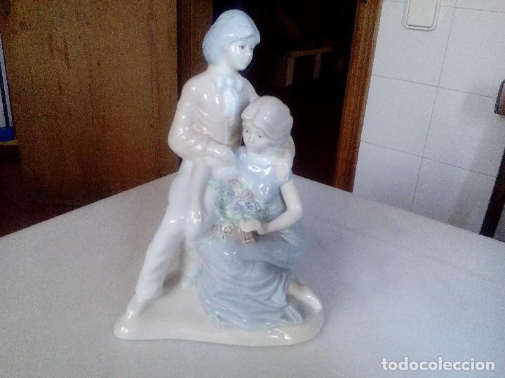 PAREJA ROMÁNTICA DE PORCELANA FINA (Arte - Escultura - Porcelana)