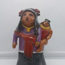 Arte: ESCULTURA ANTIGUA INDIGENA DE NATIVA PERUANA CON NIÑA, EN TERRACOTA CON ACABADO DE ESMALTE VIDRIADO. Lote 87933940