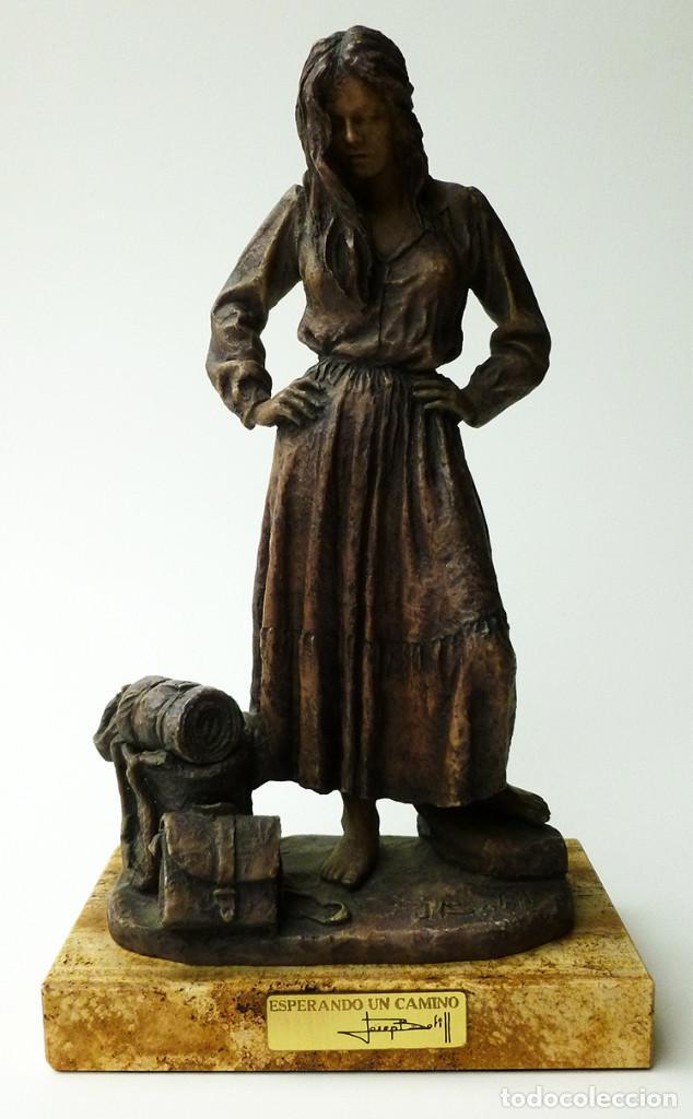 ESCULTURA ORIGINAL FIRMADA Y NUMERADA JOSEP BOFILL RESINA Y BASE MÁRMOL TITULADA BUSCANDO UN CAMINO (Arte - Escultura - Resina)