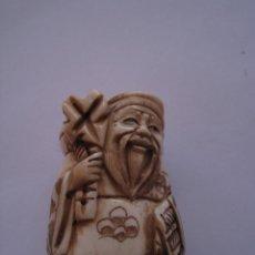 Artesania Japonesa, Netsuke , tallado a mano en hueso , Japon, Firmado, anciano con bolsa