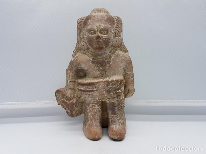 ESCULTURA ANTIGUA DE TERRACOTA IMAGEN DE GUERRERO INAH CAZANDO CON SU TROFEO HECHA EN MEXICO. (Arte - Escultura - Terracota )