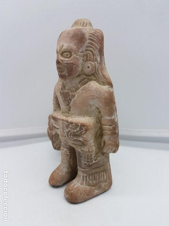 Arte: Escultura antigua de terracota imagen de guerrero INAH cazando con su trofeo hecha en Mexico. - Foto 2 - 98200682