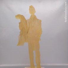 Arte: ESCULTURA ANTIGUA DE RESINA TRASLUCIDA DE HOMBRE EPOCA ART DECOSOBRE PEANA DE METRAQUILATO.. Lote 92472630