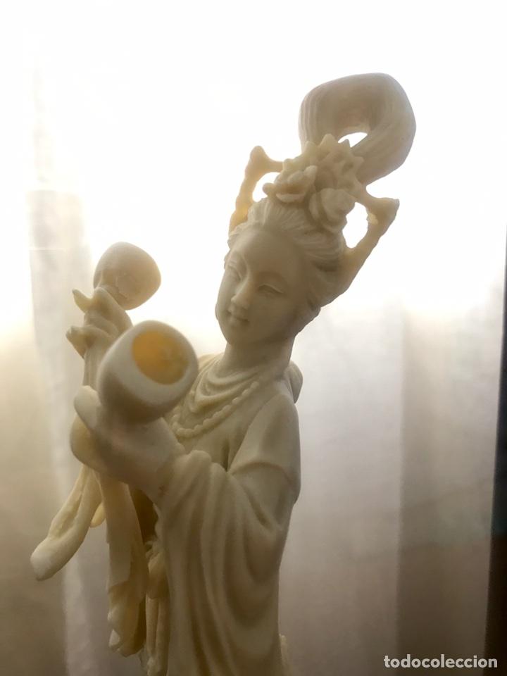 PRECIOSA FIGURA DIOSA CHINA CON MARCO DOBLE (PASTA, NO MARFIL) (Arte - Escultura - Resina)