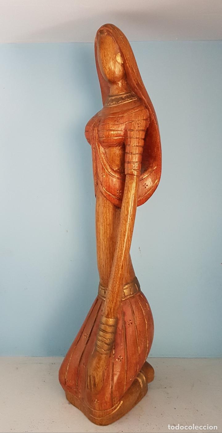 BELLA Y GRAN ESCULTURA ANTIGUA DE DONCELLA HINDU ATAVIADA CON TRAJE TIPICO, EN MADERA TALLADA A MANO (Arte - Escultura - Madera)