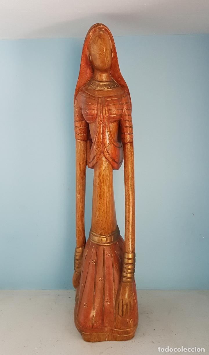 Arte: Bella y gran escultura antigua de doncella Hindu ataviada con traje tipico, en madera tallada a mano - Foto 2 - 93862350