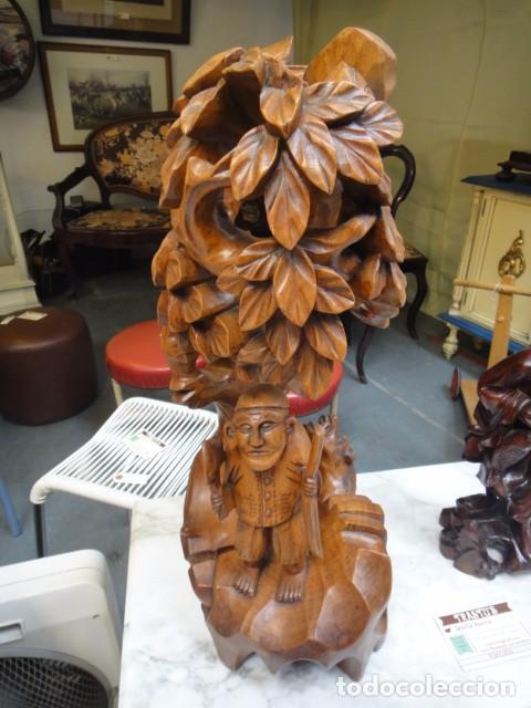 FIGURA MONJE CAMPESINO CON ÁRBOL,PÁJARO Y PERRO,POSIBLEMENTE DE PALOSANTO (Arte - Escultura - Madera)
