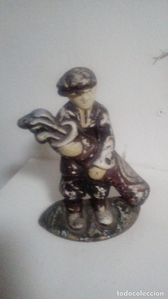 ANTIGUA FIGURA DE HIERRO FUNDIDO DE UN AYUDANTE O CADDIE DE GOLF MIDE 14 X 20 CMS (Arte - Escultura - Hierro)