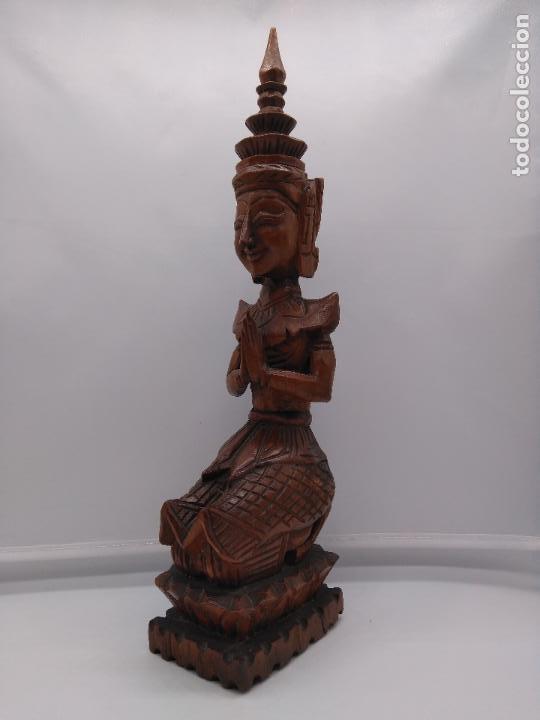PRECIOSA Y ANTIGUA ESCULTURA BUDISTA MUY TRABAJADA Y TALLADA DE UNA PIEZA EN MADERA. (Arte - Escultura - Madera)