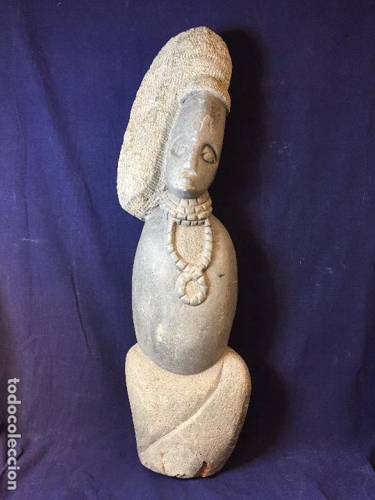 ESCULTURA FIGURA CON TOCADO OJOS NARIZ BOCA PIEDRA TALLADA FIRMADA C. MAPEUMO 2000 80X25X15CMS (Arte - Escultura - Piedra)