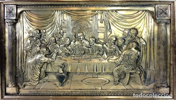 LA SANTA CENA. RELIEVE EN PLACA METÁLICA. COLOR PLATA. ANÓNIMO. ESPAÑA. CIRCA 1940 (Arte - Escultura - Hierro)