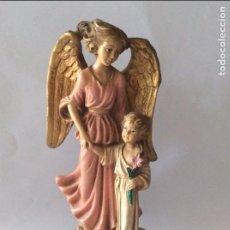 Arte: BONITA IMÁGEN DEL ANGEL DE LA GUARDA REALIZADA EN RESINA Y POLICROMADA. Lote 102097819
