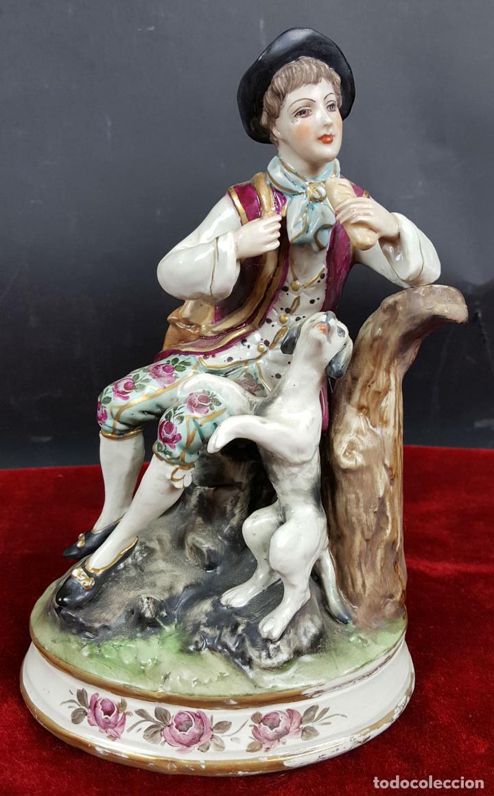 JOVEN CON PERRO. PORCELANA ESMALTADA. CAPODIMONTE ?. ITALIA. CIRCA 1950. (Arte - Escultura - Porcelana)