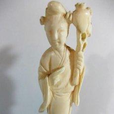 Arte: ANTIGUA FIGURA DE GEISHA JAPONESA EN MARFIL. LLEVA UN DETALLE FLORAL EN EL BRAZO. Lote 104298139