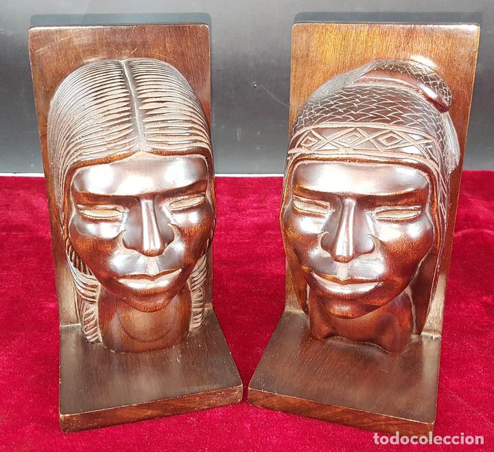 PAREJA DE SUJETALIBROS EN FORMA DE INDIOS. MADERA TROPICAL TALLADA. ESPAÑA. SIGLO XX. (Arte - Escultura - Madera)