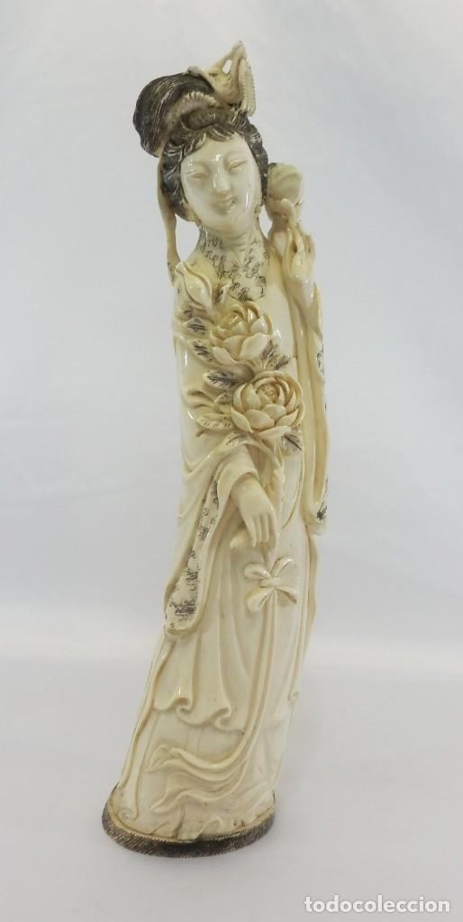 PRECIOSA TALLA DE MARFIL DEL S XIX, GEISHA CON DETALLES CROMADOS. 31 CM. (Arte - Escultura - Marfil)